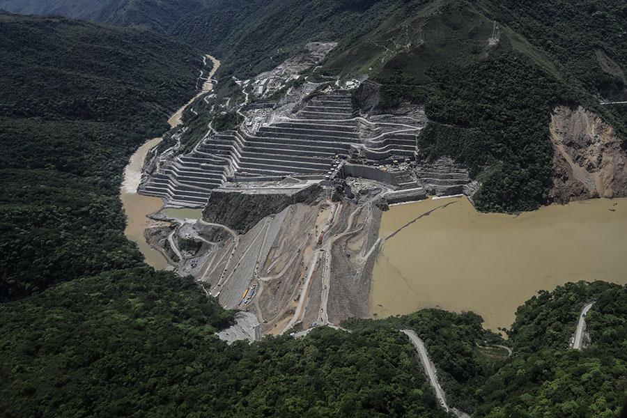 哥倫比亞「伊團戈大壩」(Hidroituango)遭洪水侵襲,數萬人被迫撤離。(JOAQUIN SARMIENTO/AFP/Getty Images)