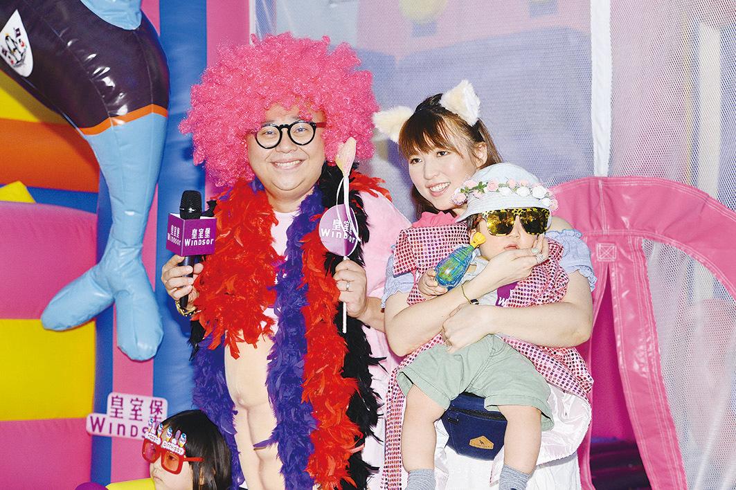 昨日林盛斌(左)、孫慧雪(右)各自攜帶子女出席商場活動,分享育兒心得。(宋碧龍╱大紀元)