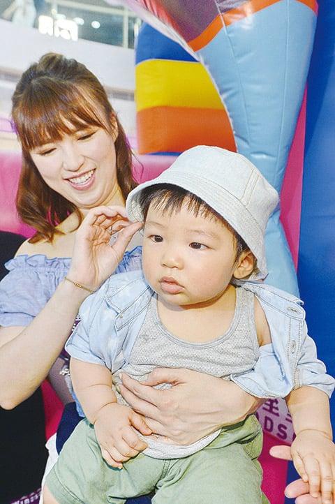 孫慧雪首度抱著9個半月大的兒子Riley出席公開活動,一旁的林盛斌笑稱Riley是「巨B」。(宋碧龍╱大紀元)