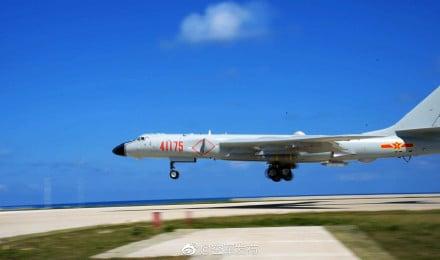 中共空軍18日下午公告,轟6K等多型多架轟炸機在南部海域開展島礁起降訓練。(中共空軍官方微博)