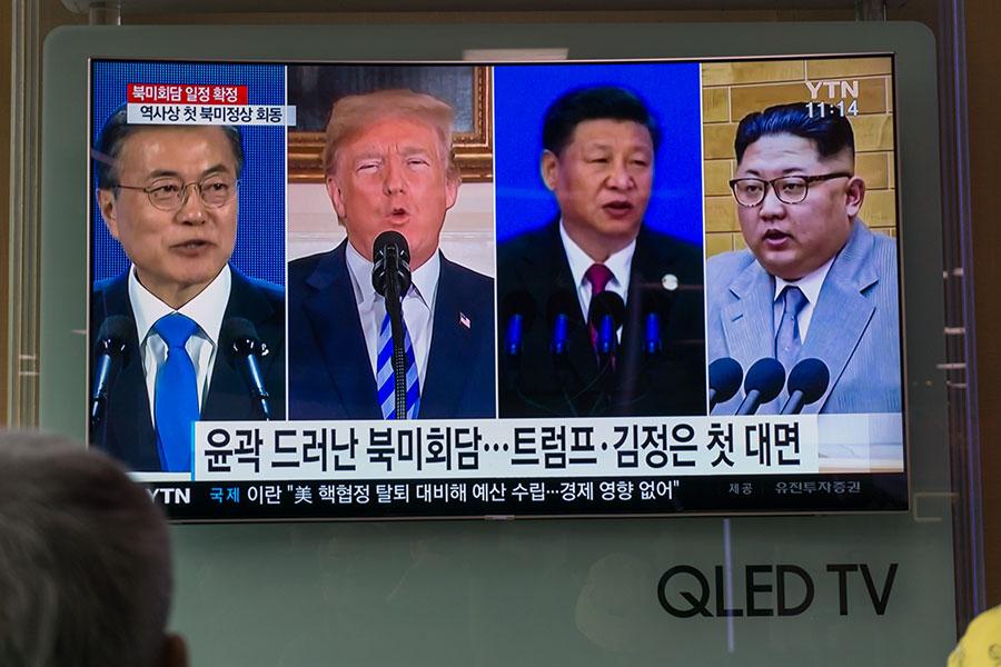 5月17日,美國總統特朗普(左二)公開質疑中共對北韓起了不好的影響。他表示,金正恩(右一)剛剛訪問中國不久,北韓就威脅是否能順利召開特金會。(KIM SUE-HAN/AFP/Getty Images)
