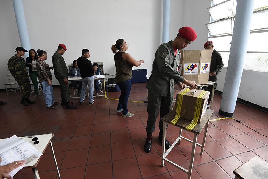 委內瑞拉周日(5月20日)大選,國內外譴責聲一片,現任總統馬杜羅成功獲得連任。馬杜羅對手宣稱選舉無效。歐美等國家也在選舉當天表示,不會承認選舉結果。(JUAN BARRETO/AFP/Getty Images)