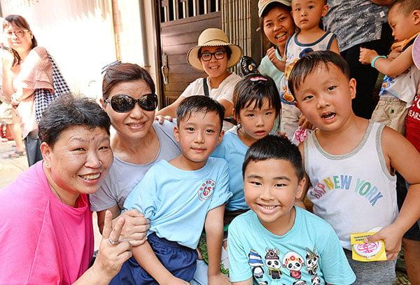 家住元朗的盧毅儒(左三)從老師得知長洲飄色起源,也喜歡蓮蓉味平安包。(宋碧龍/大紀元)