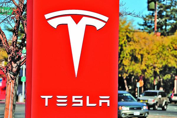 特斯拉(TESLA)推出款新Model 3,功能包括四輪驅動、最高時速可達155哩(約250公里)、從靜止到時速60哩只要3.5秒、充完電後可行駛310哩。(Getty Images)