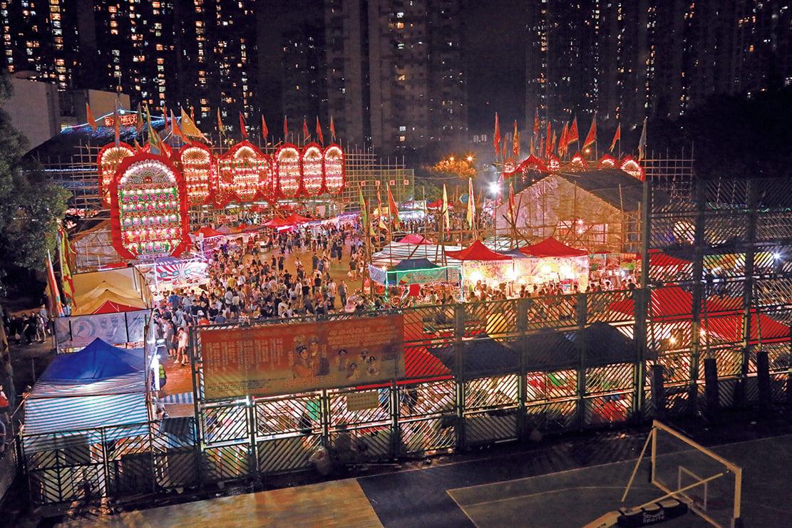 青衣戲棚在「一棚兩誕」期間人頭湧湧,吸引了大批市民前往,齊齊相聚於青衣體育會球場。(陳仲明/大紀元)