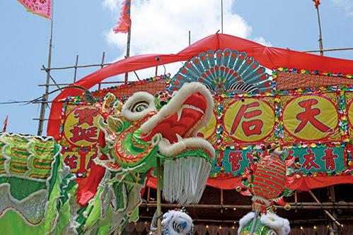 天后誕正日,現場有舞龍、舞獅、舞麒麟表演,十分熱鬧。(陳仲明/大紀元)
