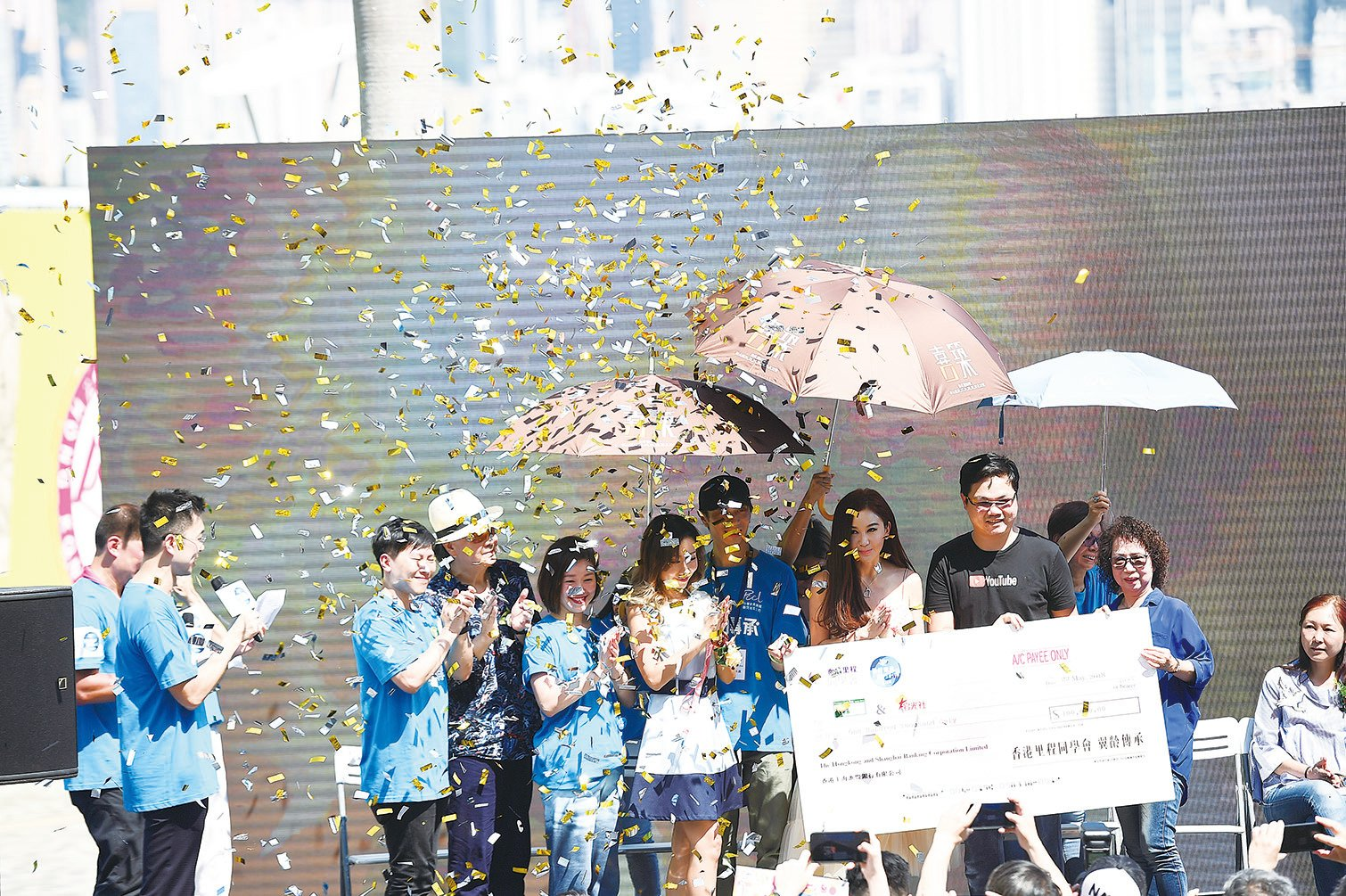 溫碧霞(右三)6月演唱會將邀請阿嬌做嘉賓。(郭威利/大紀元)