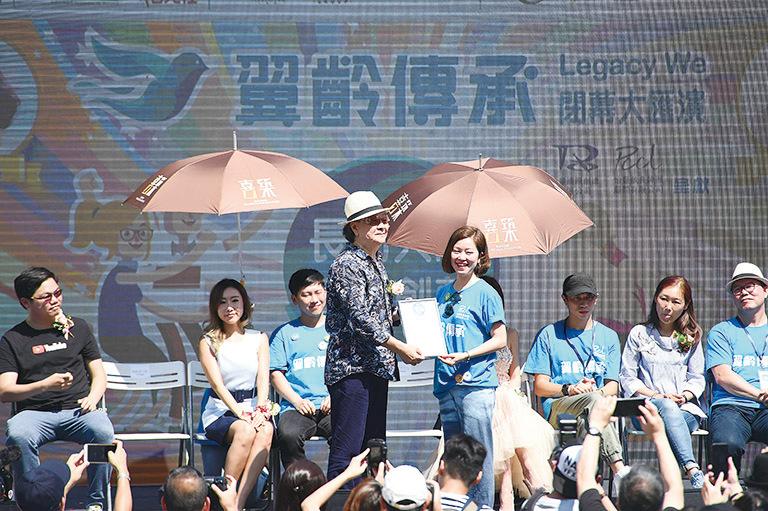 張武孝(前排左)表示自己要多多注意健康。(郭威利/大紀元)