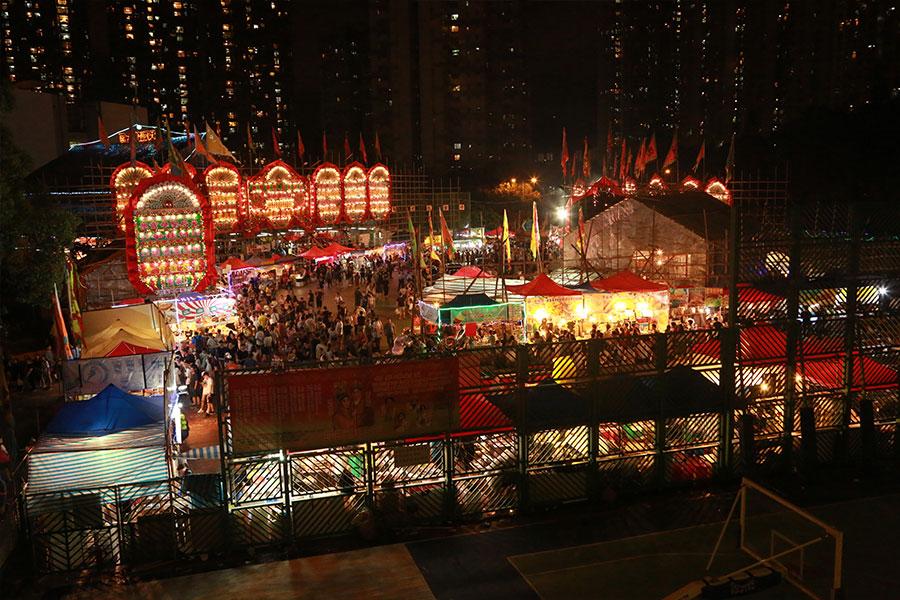 圖為上周末結束的青衣戲棚,現場有近百小食檔,在天后誕期間一連五晚營業。(陳仲明/大紀元)