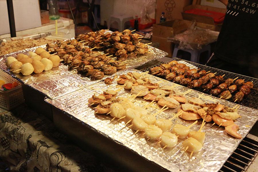 圖為青衣戲棚小食檔各種美食。(陳仲明/大紀元)