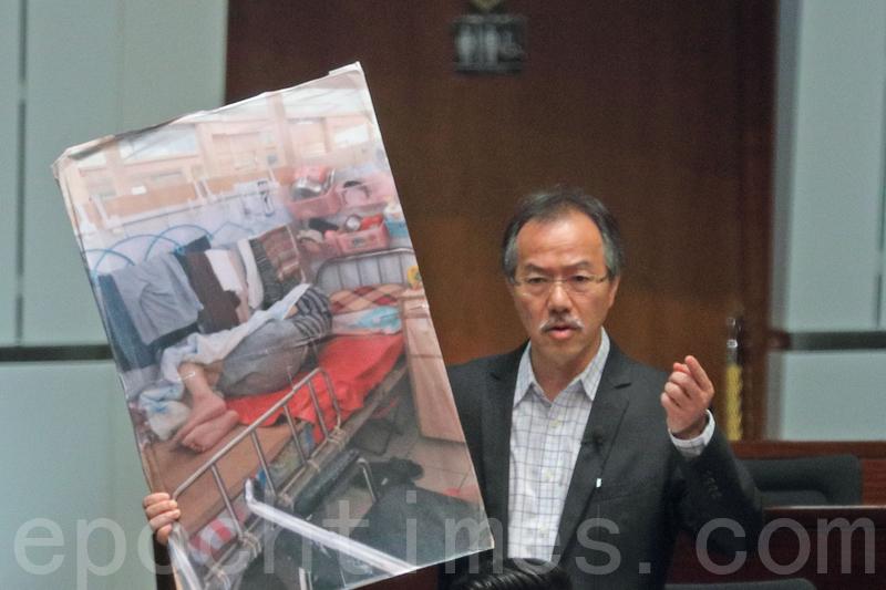 張超雄展示圖片指長者及長期病人院舍環境惡劣,要求當局取締劣質院舍。(李逸/大紀元)