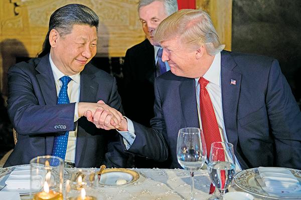 特朗普(右)表示中興倒閉會拖累美國企業,將重新審視對中興的懲罰。(大紀元圖片庫)