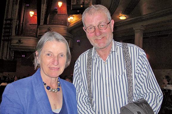 5月21日,Peter Erskine先生和夫人觀看了神韻紐約藝術團今年在愛丁堡的最後一場演出。(麥蕾/大紀元)