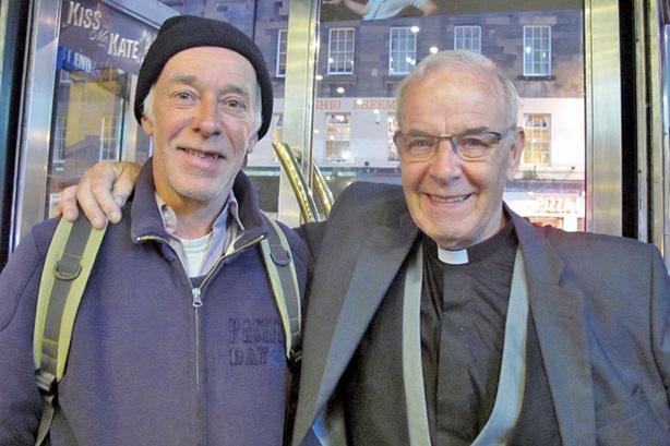 5月21日,神父James Liddle先生(右)觀看了神韻紐約藝術團今年在愛丁堡的最後一場演出。(麥蕾/大紀元)