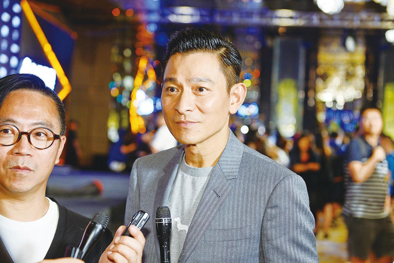 由劉德華(華仔)(右)監製、斥資超過(500萬美金)拍攝的影集《東方華爾街》,23日於香港舉行首播記者會。華仔多方努力促成今次劇集,要為導演黃國強(KK)(左)圓其心中電視夢。(宋碧龍/大紀元)