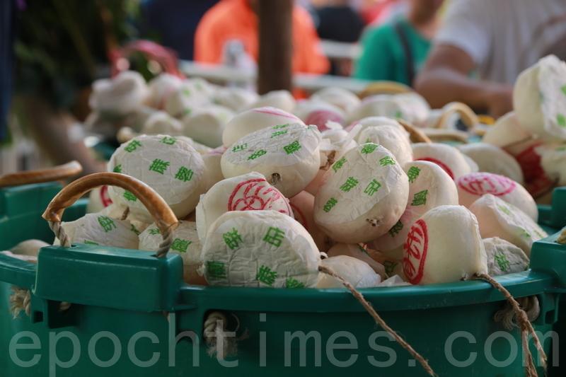 5月23日,長洲太平清醮進入最後一天,早上按照傳統舉行平安包派發活動,逾二萬個平安包在一個多小時內派發完畢。(陳仲明/大紀元)