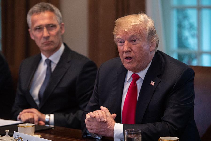 美國總統特朗普周二(5月22日)在美韓首腦會談前回答中美貿易問題,透露正考慮對中興通訊祭出數十億罰款換解禁。(NICHOLAS KAMM/AFP/Getty Images)