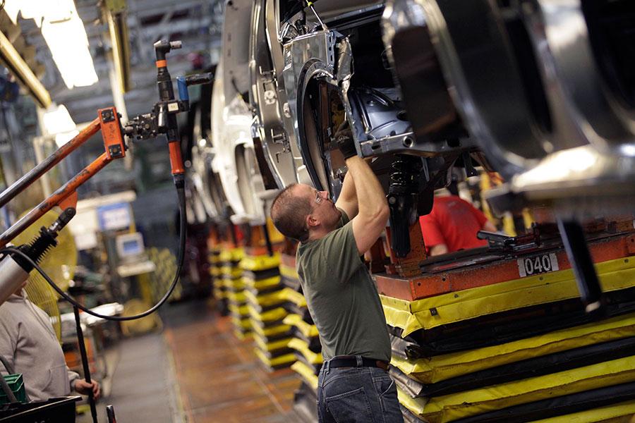 美國汽車勞工在歷經多年的艱困時期後終將迎來春天。總統特朗普周三表示,即將宣佈將受汽車勞工大為歡迎的「重大消息」。(J.D. Pooley/Getty Images)