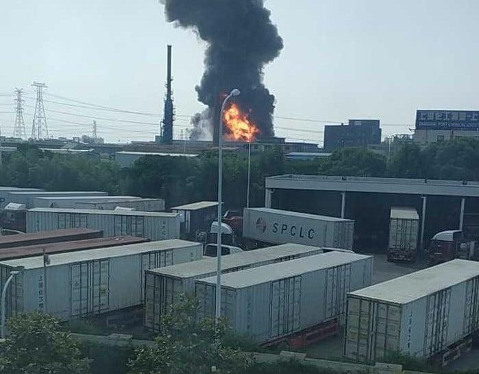 5月23日,上海、北京兩地發生多宗火災,並且伴有爆炸。圖為上海市奉賢區銀工路99號的湘奉實業發展有限公司發生火災。(受訪者提供)