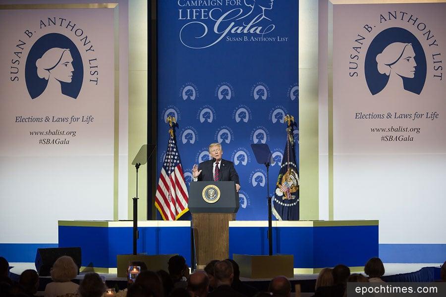 美國總統特朗普周二(5月22日)晚出席了在美國國家建築博物館舉行的反墮胎組織「蘇珊・布朗內爾・安東尼名單(Susan B Anthony名單,簡稱SBA名單)」的頒獎晚宴。(李莎/大紀元)