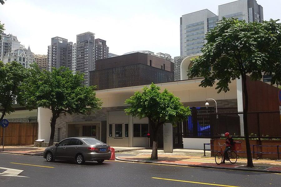 美國官員說,美國駐中國廣州領事館的政府雇員報告遭受異常聲音襲擊後身體不適,美國國務院已從中國撤離至少11名美國人。圖為美駐廣州總領事館。(WKDx417/WikiMedia Commons)