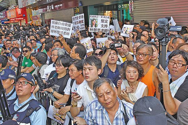 2013年8月4日,本港五個民間團體在旺角行人專用區集會,支持為法輪功仗義直言而被中共勢力抹黑的林慧思老師。(大紀元資料圖片)