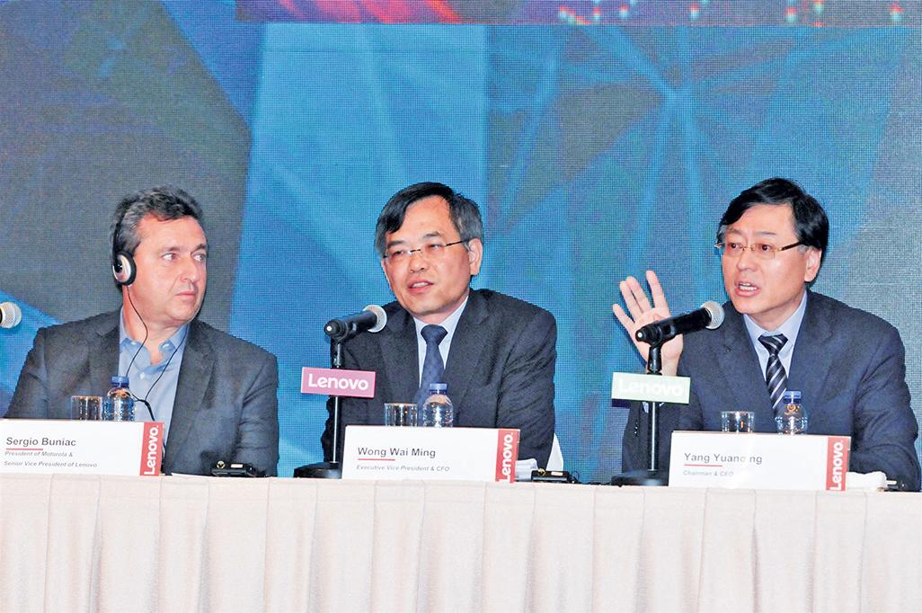 集團董事長及行政總裁楊元慶(右邊第一位)(大紀元/郭威利)