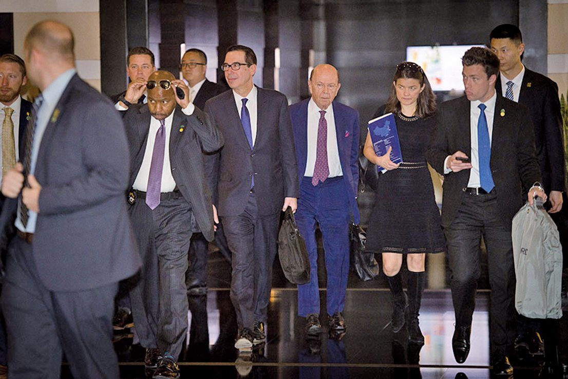 中美貿易第二輪談判5月17日開啟,雙方均希望避免貿易戰。圖為首輪談判美方代表財政部長梅努欽(右四)、商務部長羅斯(右三)。(Getty Images)