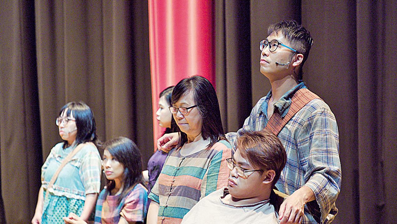 每天都不知道第二天自己是否還可以看到光的King(右後站立者),與其他劇團成員努力認真地演出。
