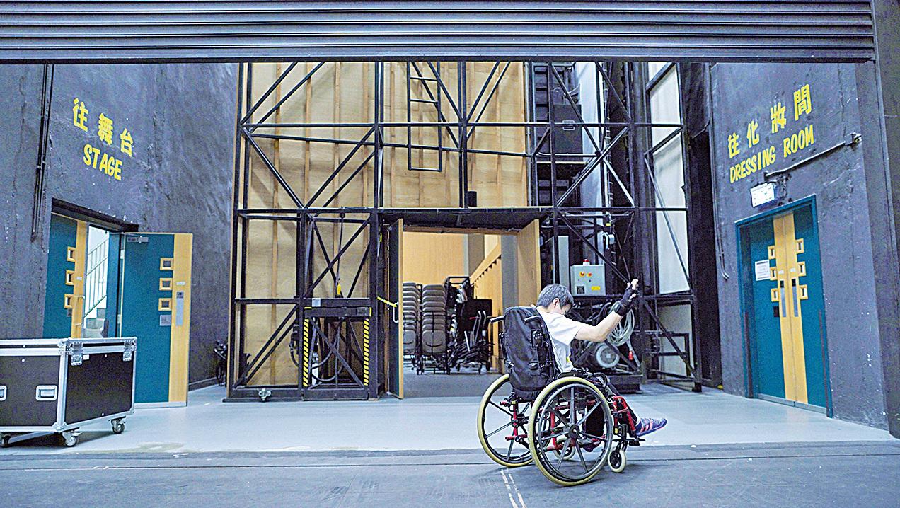因大腦麻痺症而要一直坐輪椅的Hazel的身體裏,需要有鋼板來幫她固定住身體,所以一年365天中的360天,她都是在忍受身體的疼痛中度過。要在舞台上跳輪椅舞,帶給她又是甚麼呢?