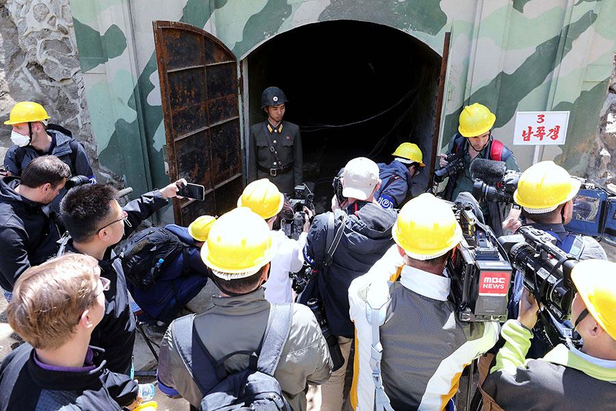圖為獲邀前往北韓豐溪里核試驗場拍攝的多國記者們,在5月24日參觀豐溪里的一條準備拆除的隧道。(News1-Dong-A Ilbo via Getty Images)