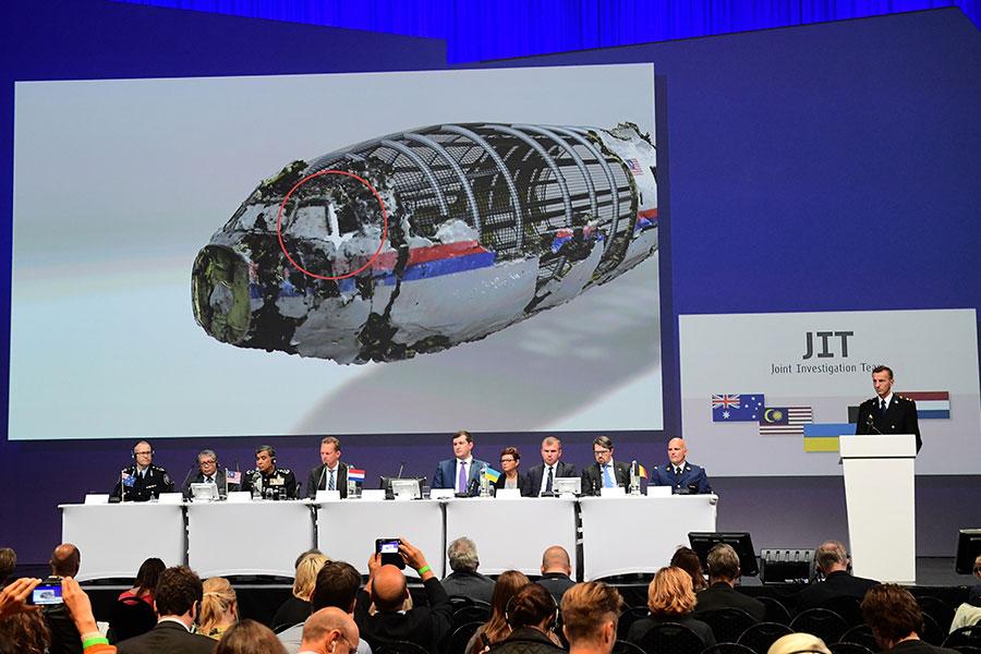 調查人員周四(5月24日)首次表示,擊中馬航MH17號航班的導彈是從俄羅斯軍方發出。圖為2016年9月28日,以荷蘭為首的國際調查組(JIT)在記者招待 會上展示證據。(EMMANUEL DUNAND/AFP/Getty Images)