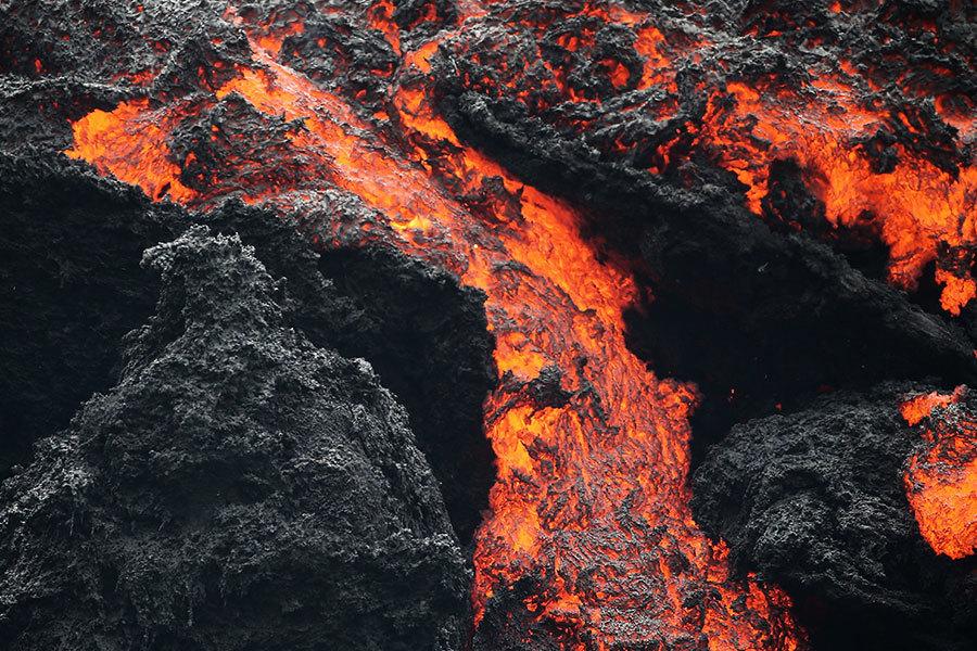 夏威夷火山噴發 地面驚現藍色火焰