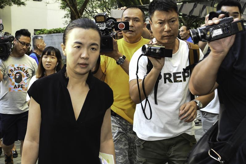 自稱央企高層的大陸女子唐琳玲涉嫌在庭內拍照案,星期五在高院審理。(郭威利/大紀元)