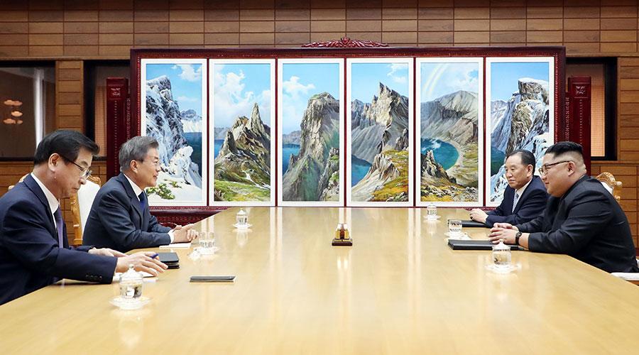 南韓總統文在寅周六(5月26日)下午3時至5時在南北韓邊境板門店朝方一側統一閣會晤了北韓領導人金正恩。(AFP PHOTO / Dong-A Ilbo / Handout / South Korea OUT)