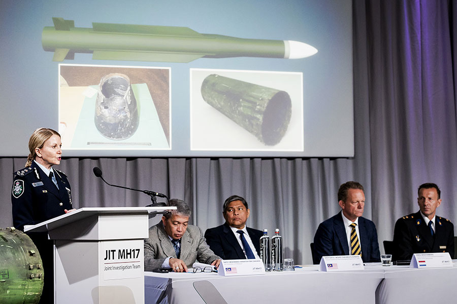 調查人員周四(5月24日)首次表示,擊中馬航MH17號航班的導彈是從俄羅斯軍方發出。圖為2018年5月24日,以荷蘭為首的國際調查組(JIT)在記者招待會上展示擊中飛機的俄山毛櫸導彈彈殼。(ROBIN VAN LONKHUIJSEN/AFP/Getty Images)