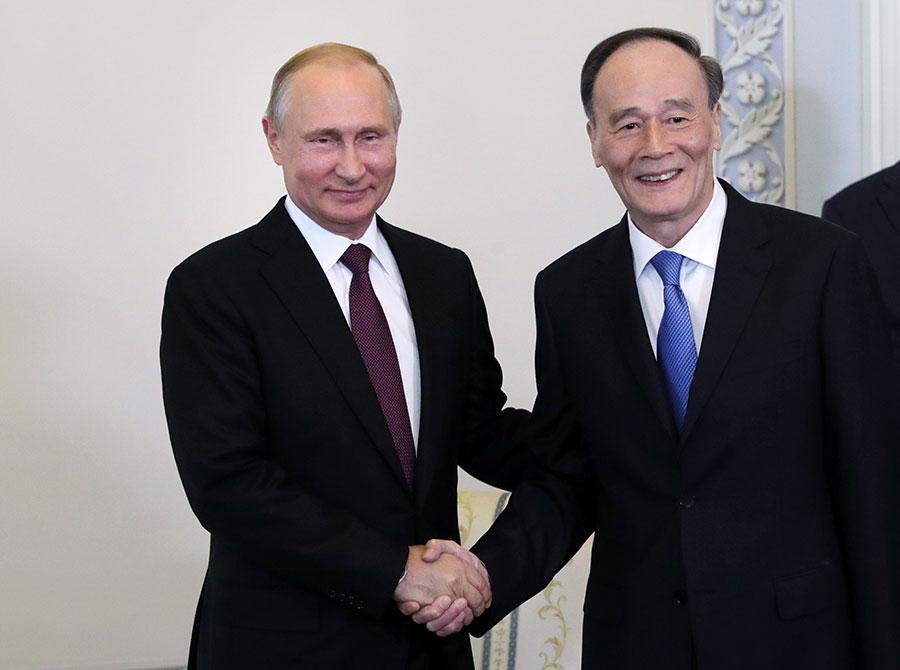 5月25日,中國國家副主席王岐山說,朝鮮半島問題對中國利害攸關,中共政府對朝鮮半島「不生戰不生亂,半島就必須無核化」這個問題上是堅定的。圖為王岐山(右)5月24日訪問俄羅斯,與俄羅斯總統普京會晤。(MIKHAIL KLIMENTYEV/AFP/Getty Images)