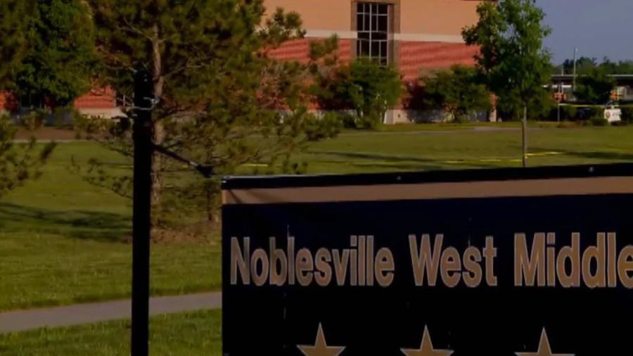 周五,美國印第安納州一所學校發生槍擊事件,一名老師奮不顧身地及時撲倒槍手,避免了更大血案,被譽為英雄。(Fox視像擷圖)