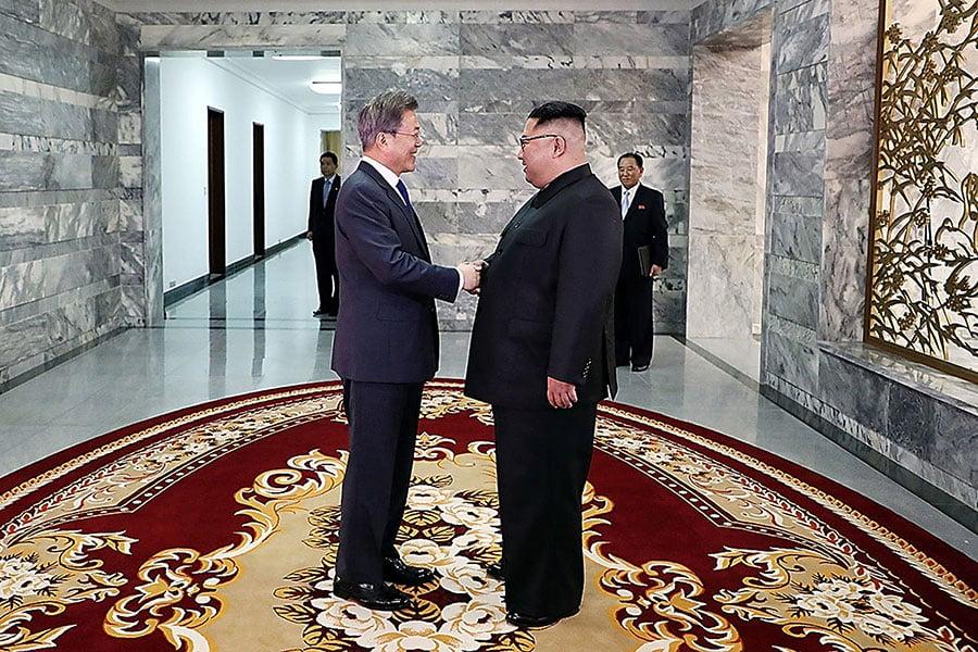 美國參議員寫信給特朗普,要求金正恩「拆卸和消除北韓每一件核武器、化學武器和生物武器」。(KOREA SUMMIT PRESS POOL/AFP/Getty Images)