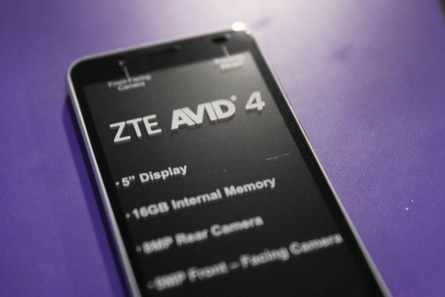 研究報告顯示,超過100款平價Android手機,被預裝了惡意軟件「Cosiloon」,超過上萬用戶受到影響。圖為中興通訊手機。(AFP PHOTO / GETTY IMAGES NORTH AMERICA / JOE RAEDLE)