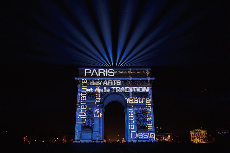 法國電視台報道,著名景點凱旋門將在除夕照慣例上演聲光表演,但表演時間由20分鐘縮短為10分鐘,避免大批人潮聚集太久。(Getty Images)