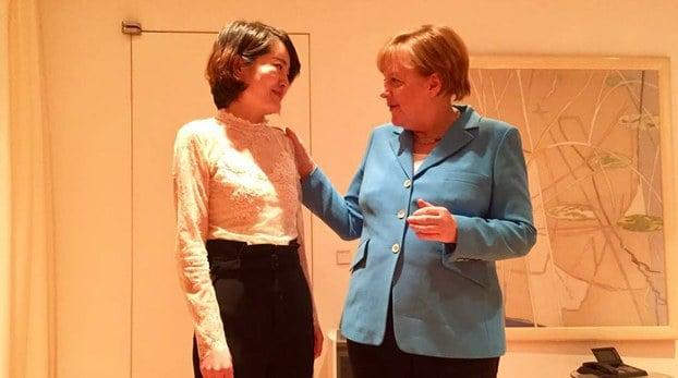 5月24日,德國總理默克爾在中國會見了身陷囹圄的中國「709」律師王全璋的妻子李文足。(推特圖片)