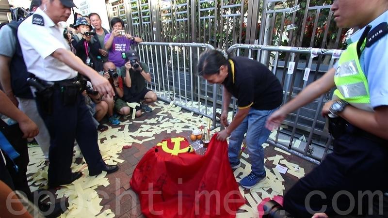 雷玉蓮等人則在門前拜祭,燒冥紙及燒黨旗。(蔡雯文/大紀元)
