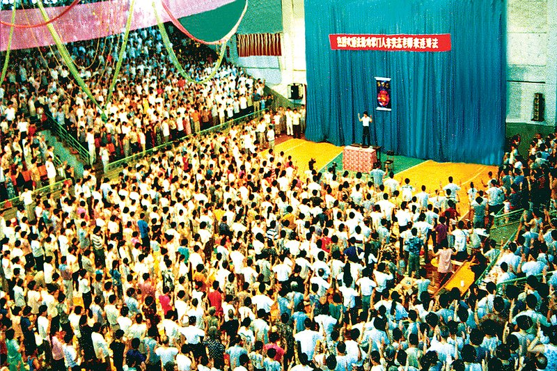 1994年7月,法輪大法創始人李洪志先生在中國大連第二期法輪功傳授班上講法傳功的場面。(明慧資料圖片)