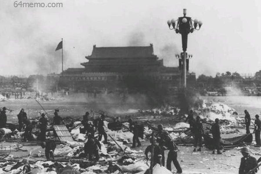 1989年6月3日夜至6月4日凌晨,中共出動坦克和裝甲車對手無寸鐵的學生進行屠殺。(六四檔案網站)