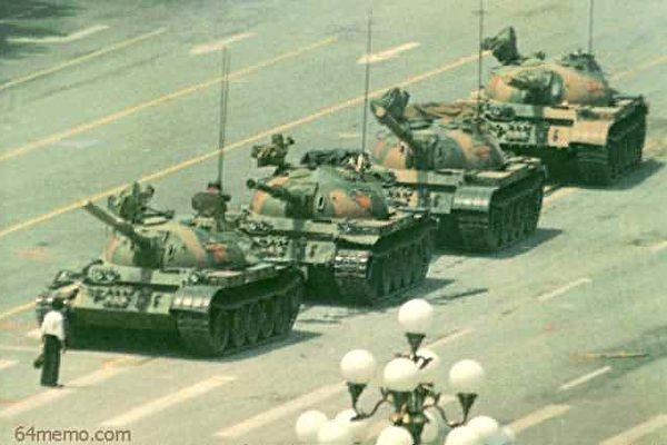 今年是六四事件29周年。圖為六四王維林隻身擋坦克照。(轉自六四檔案網站)