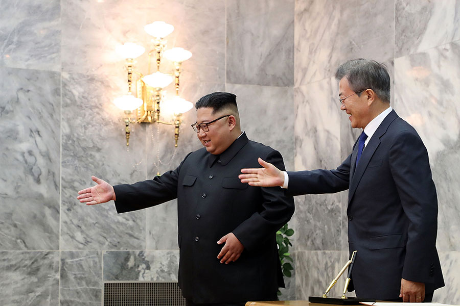 南韓總統文在寅上周末出人意料地跟金正恩會晤,力促恢復特金會。(South Korean Presidential Blue House via Getty Images)