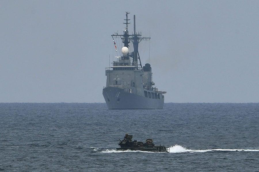 兩名美國官員告訴路透社,兩艘美國海軍軍艦周日(5月27日)在南海西沙群島附近行駛。圖為美國和菲律賓在南海軍演。(TED ALJIBE/AFP/Getty Images)