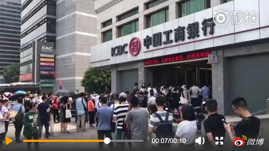 近日,杭州兩樓盤開始搖號登記,近萬人搶百套房。購房者到銀行辦理存款凍結等手續,現場有人暈倒。(視像擷圖)
