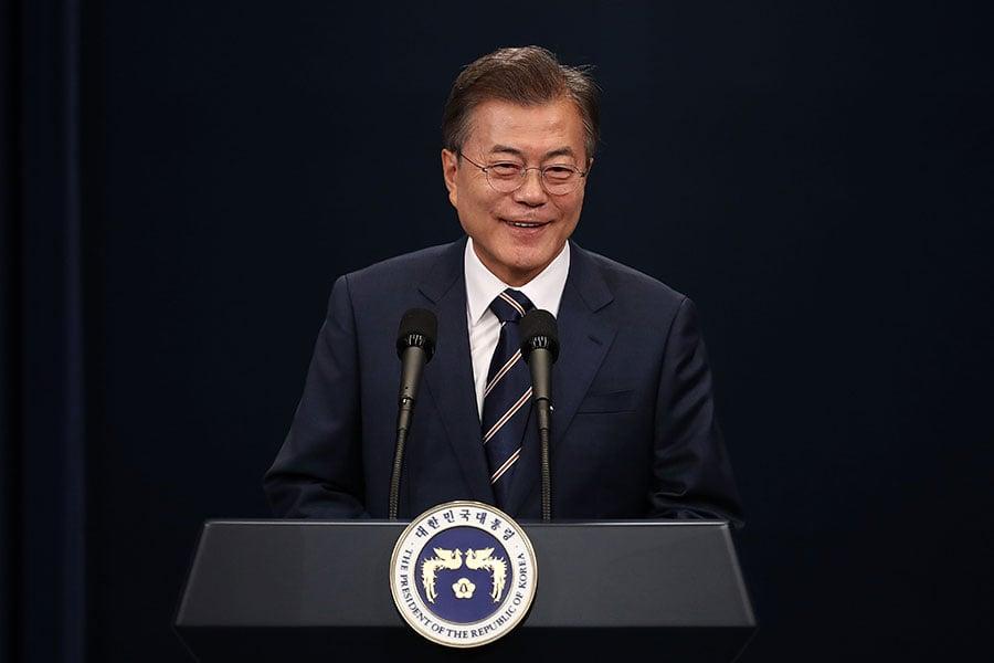 南韓青瓦台官員表示,文在寅總統有意願與美國總統特朗普和北韓領導人金正恩舉行三方會談,但這必須取決於美國和北韓商議的結果。圖為文在寅於5月27日在青瓦台參加一場記者會。(Chung Sung-Jun/Getty Images)